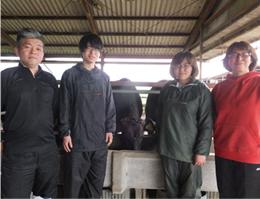 (有) 八木畜産 (左から)八木 春樹さん 駿輔さん 春香さん 美香さん
